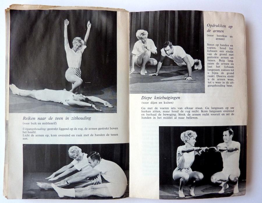 De vrouw stimuleert de man bij zijn oefeningen