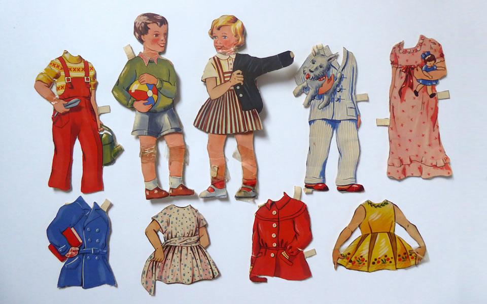 Aankleedpopjes van karton trekken de jas aan en uit