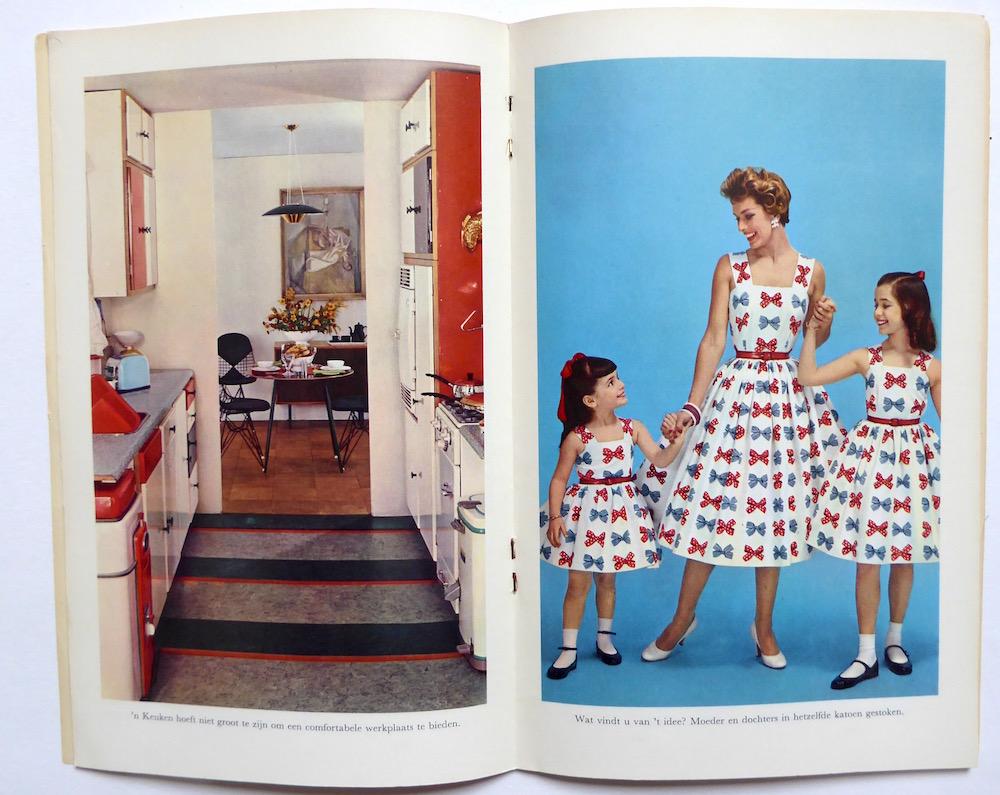 Jaren zestig moeder en twee meisjes in dezelfde jurk