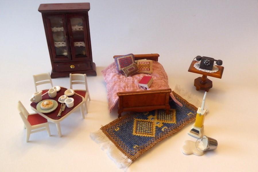 Poppenmeubels en andere objecten voor in een poppenhuis
